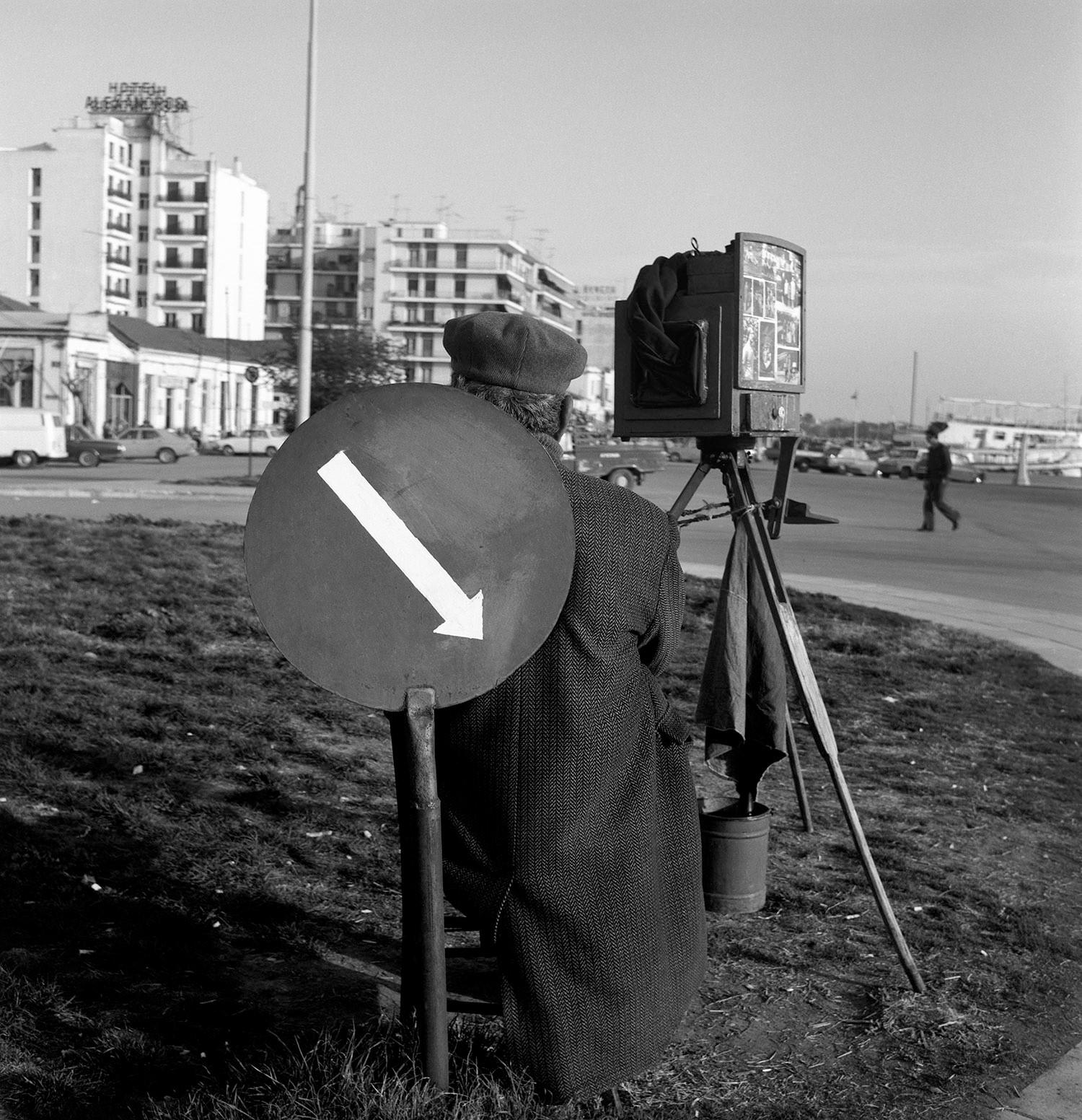 *Φωτογραφία: Πλανόδιος φωτογράφος στην παραλία μπροστά από την είσοδο του επιβατικού λιμανιού του Βόλου © Αρχείο Δημήτρη Λέτσιου / MOMus-Μουσείο Φωτογραφίας Θεσσαλονίκης